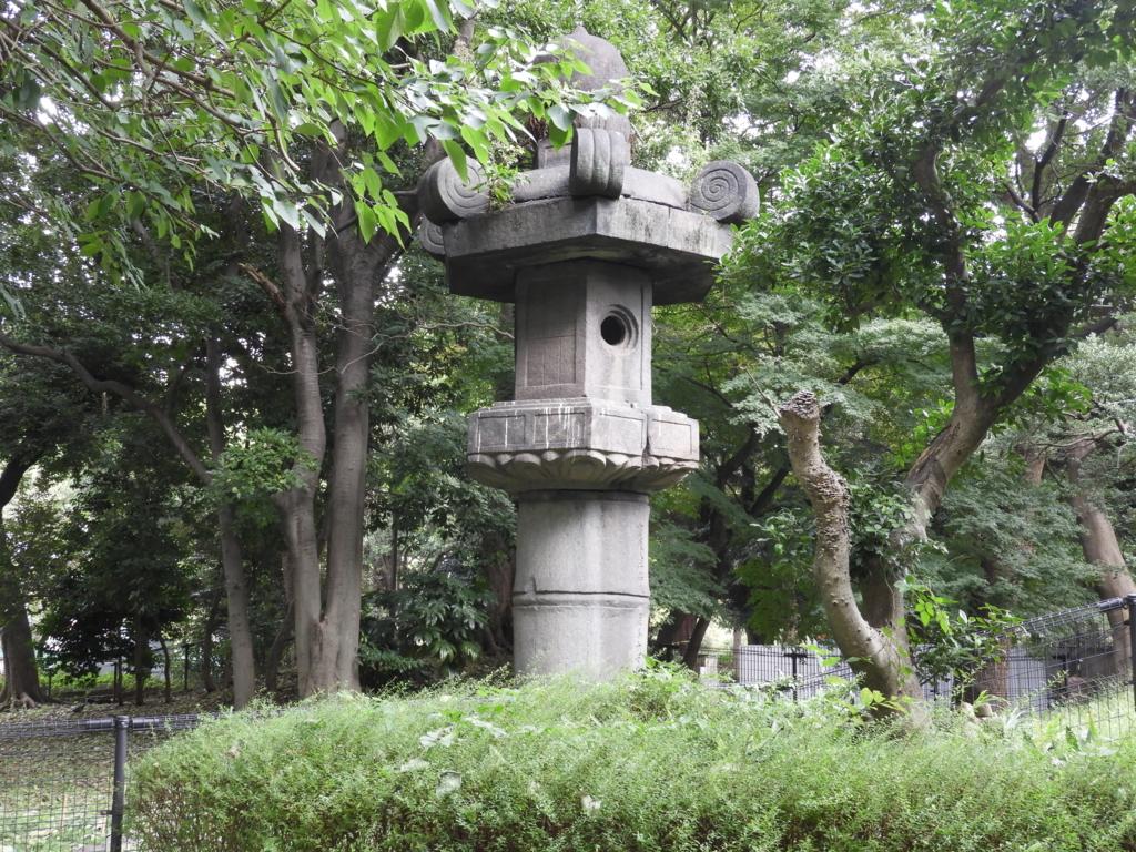 上野東照宮のお化け灯篭。周囲に植わっている木々とほぼ同じくらいの高さがある。