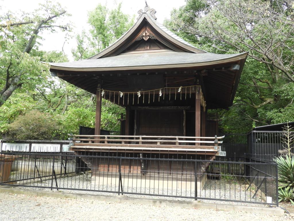 屋根の勾配が美しい上野東照宮の神楽殿。背後に上野の森が広がっている。