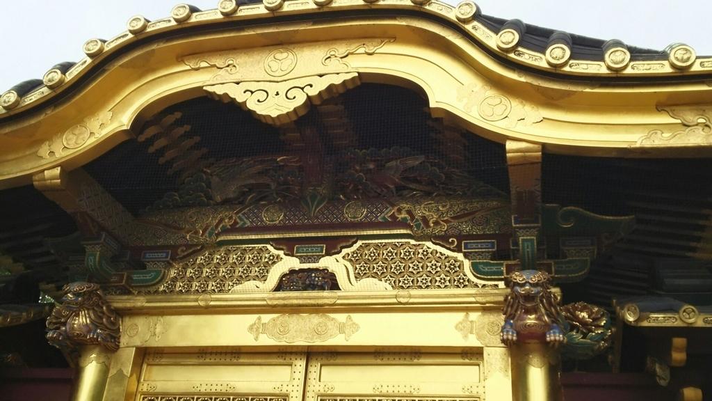 唐門の上部に施された錦鶏鳥・銀鶏鳥の彫刻