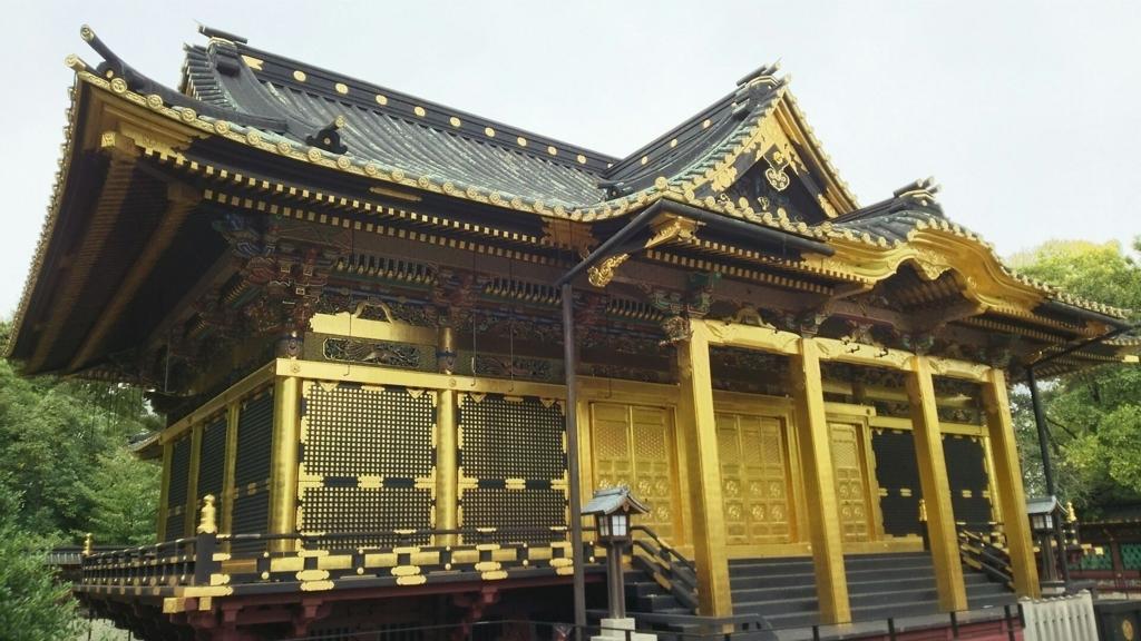 絢爛豪華な上野東照宮の拝殿。金色と黒のコントラストが美しい。