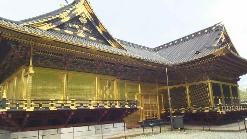 上野東照宮の拝殿・幣殿・本殿。拝殿の壁は金と黒のコントラストだが、幣殿と本殿は金一色である。