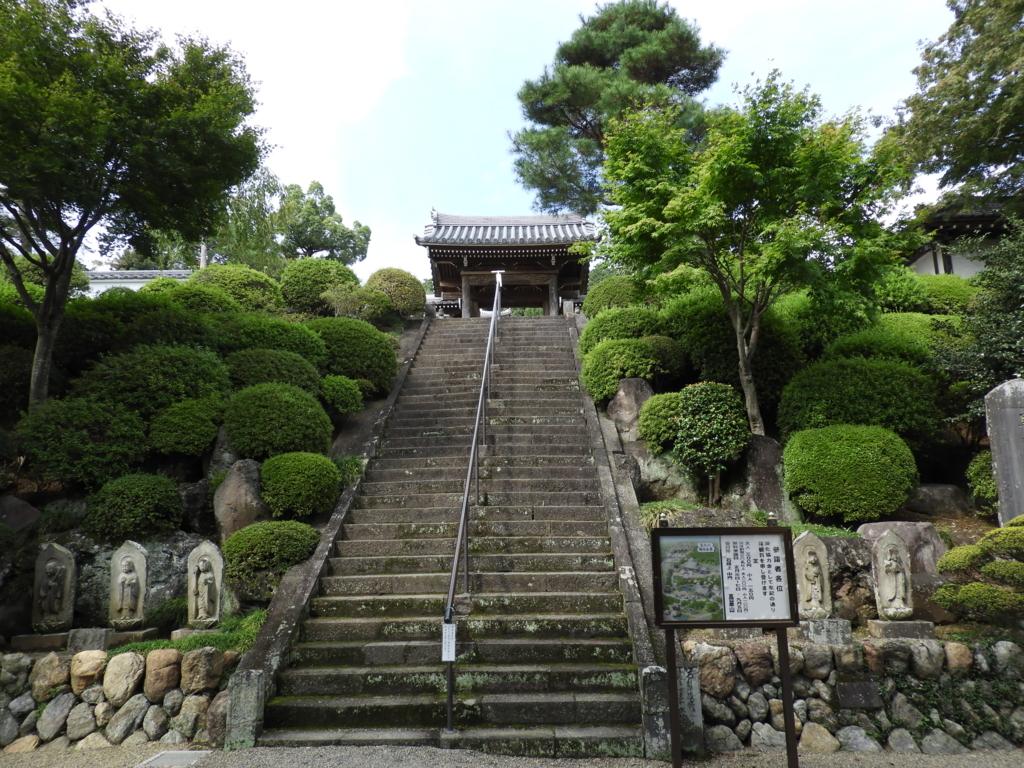 中門に向かう階段