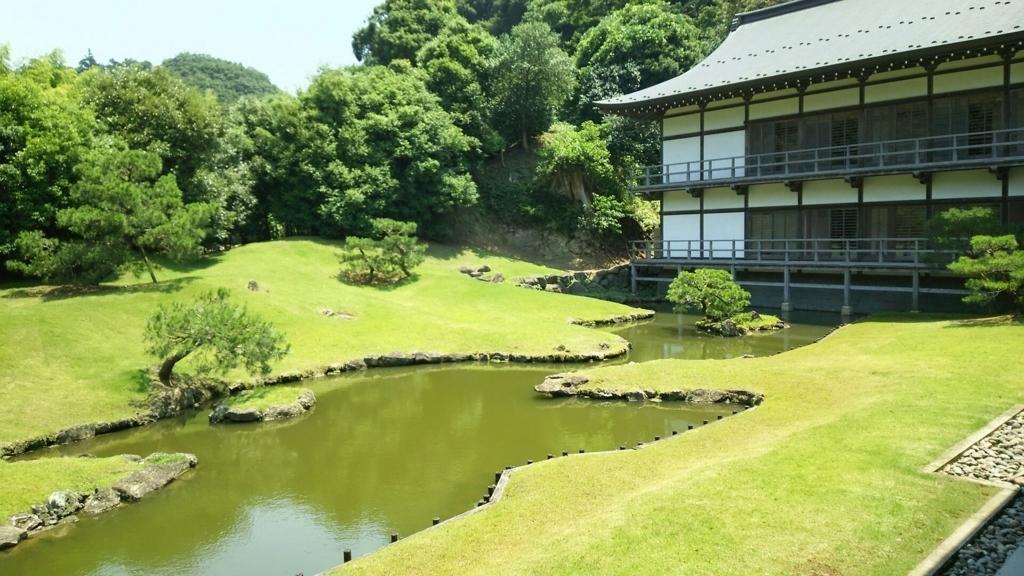 「心」という文字を表す東西に延びた建長寺庭園の池