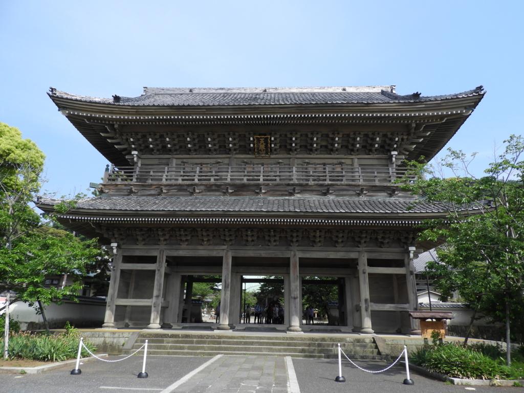 鎌倉で最大の光明寺の山門