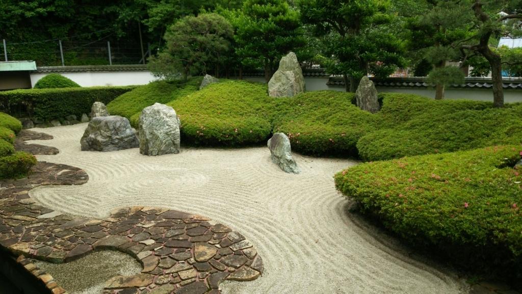枯山水で浄土の姿を描いた光明寺庭園の石庭