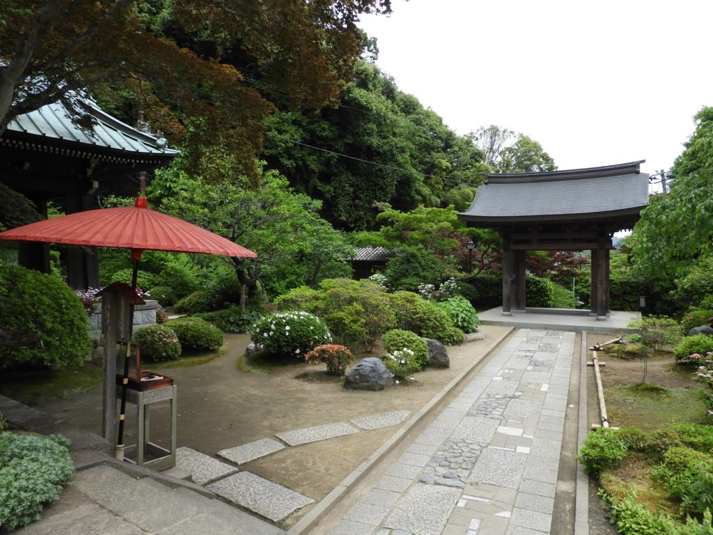 よく手入れされた四季の花が美しい海蔵寺境内