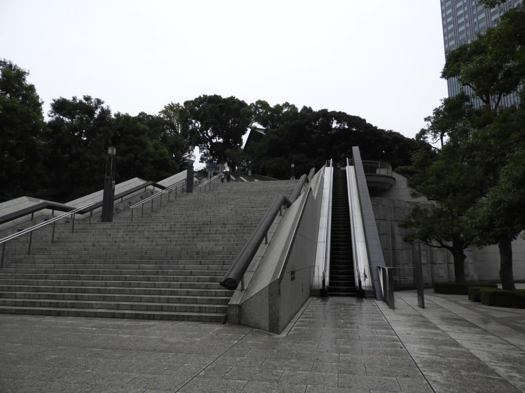 日枝神社の社殿に上がる3基のエスカレーターの1基目