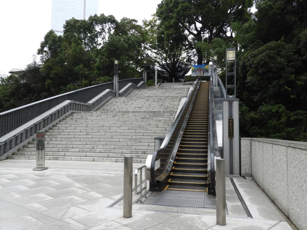 日枝神社の社殿に上がる3基のエスカレーターの2基目