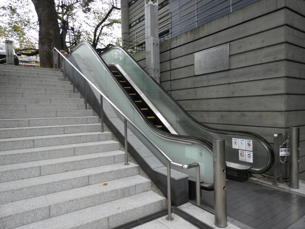 日枝神社の社殿に上がる3基のエスカレーターの3基目