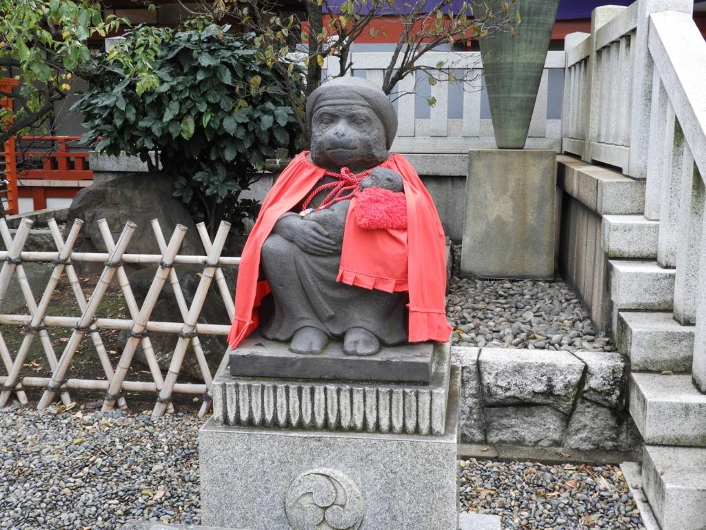 子ザルを抱いた日枝神社のメスの狛猿