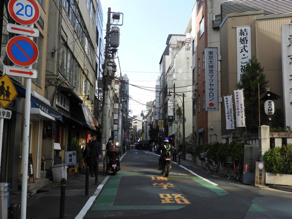 東京大神宮の手前にあるビルの間の道