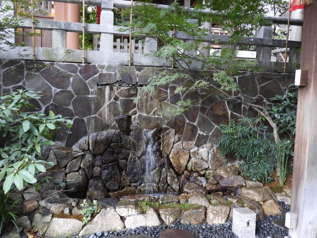 東京大神宮の手水舎の脇の小さな滝