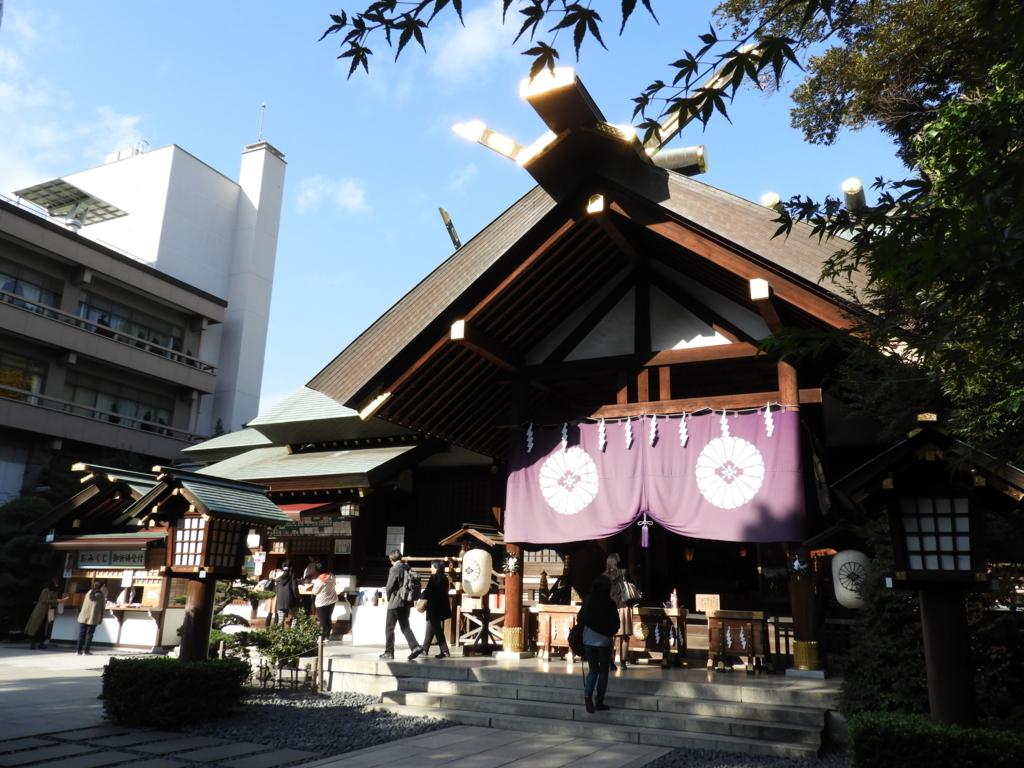 平日に東京大神宮にお参りしている大勢の参拝者