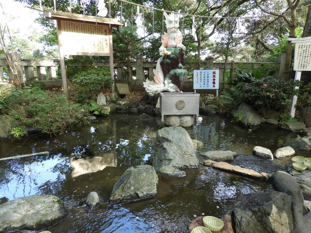 江島神社の白龍池と白龍王