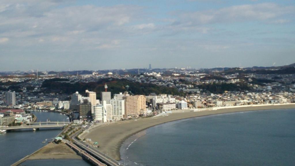 江の島展望灯台から望む横浜ランドマークタワー