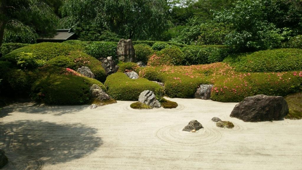 明月院の本堂正面の枯山水庭園
