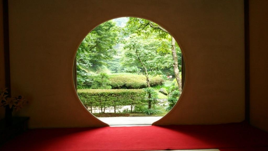 「悟りの窓」と呼ばれる明月院の丸窓