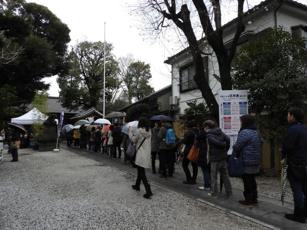 上神明天祖神社の参道。御朱印を求める行列ができている。
