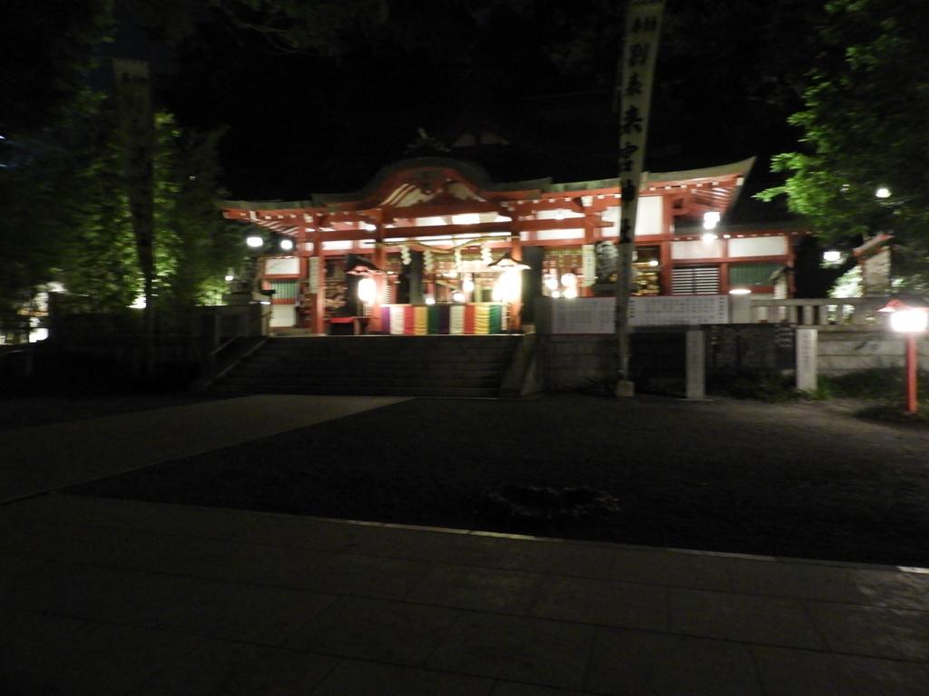 夜間にライトアップされた来宮神社の拝殿
