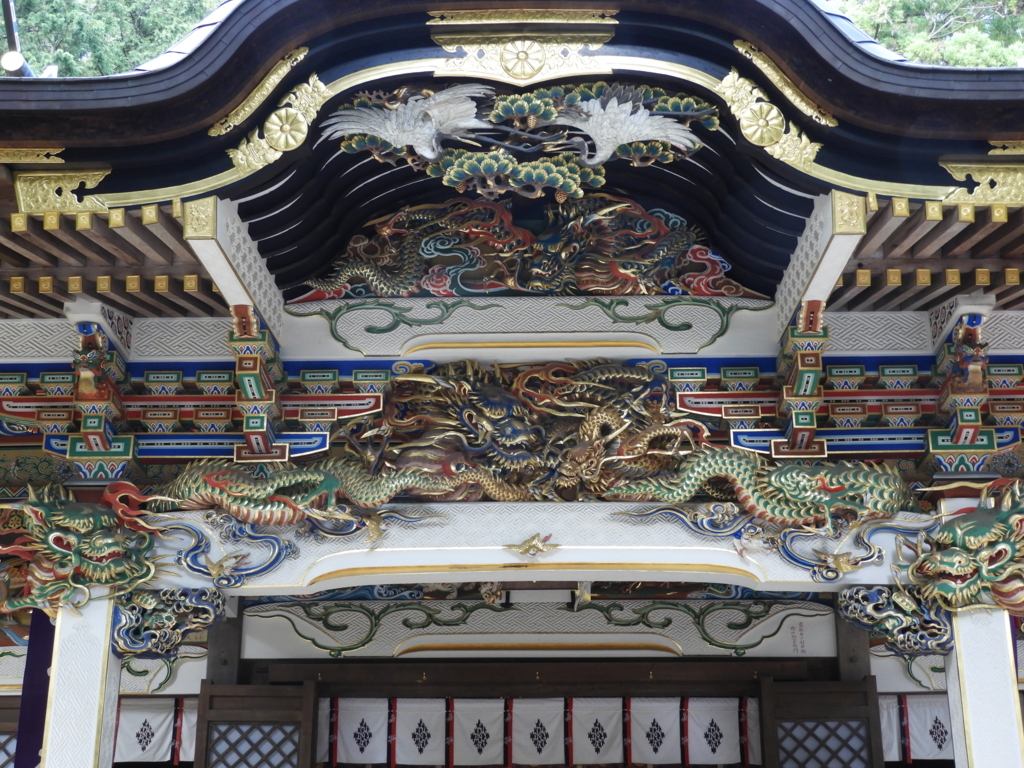 拝殿・本殿の随所に施された彫刻
