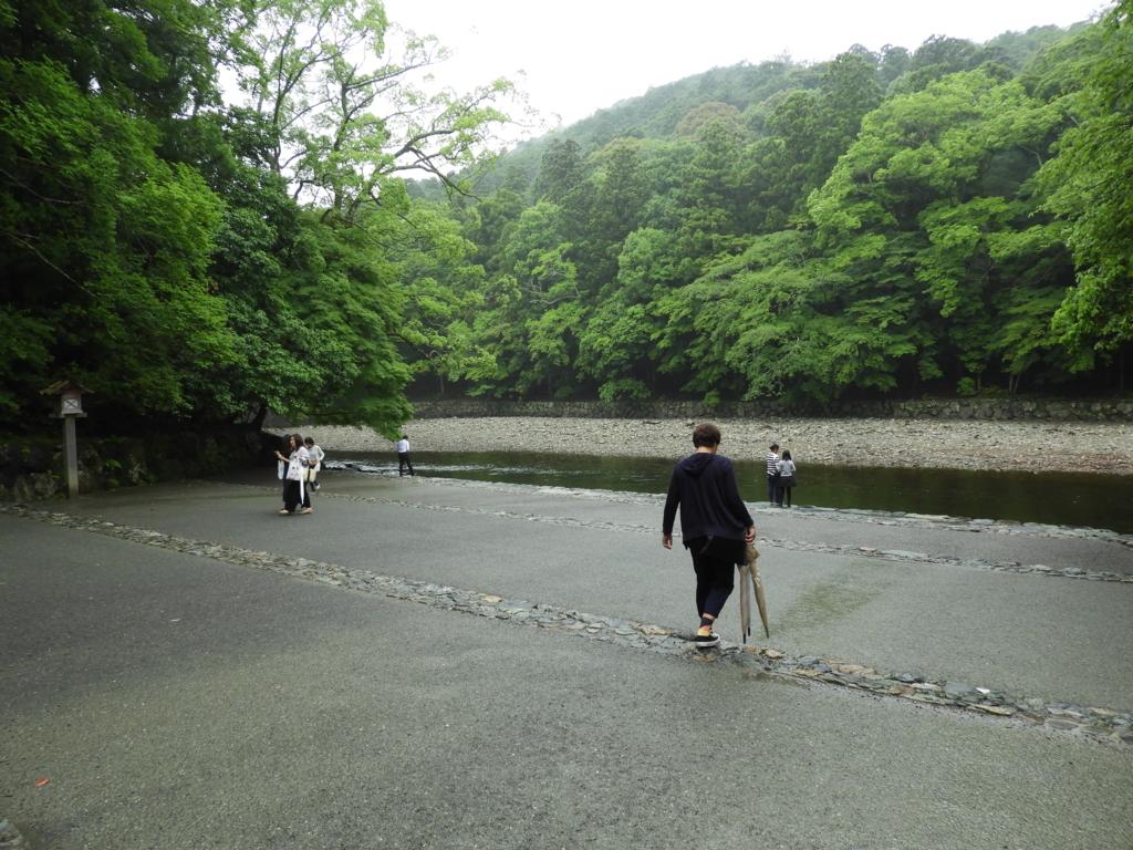 五十鈴川の川面に向かい緩やかに下がっていく石段