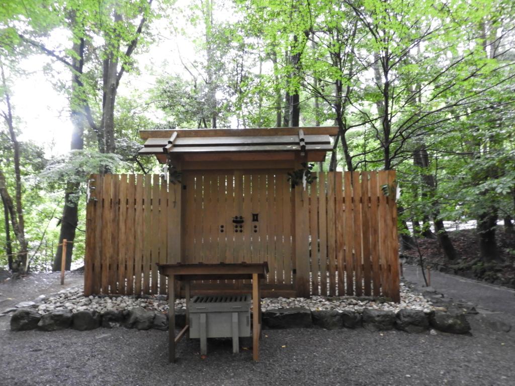 森の中にポツンと建つ龍祭神