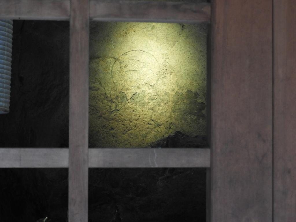 奥の大石に姿が描かれた深大寺の延命観音