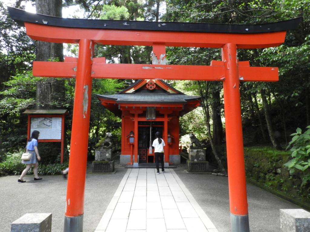 箱根神社の石段の中ほど左手にある曽我神社