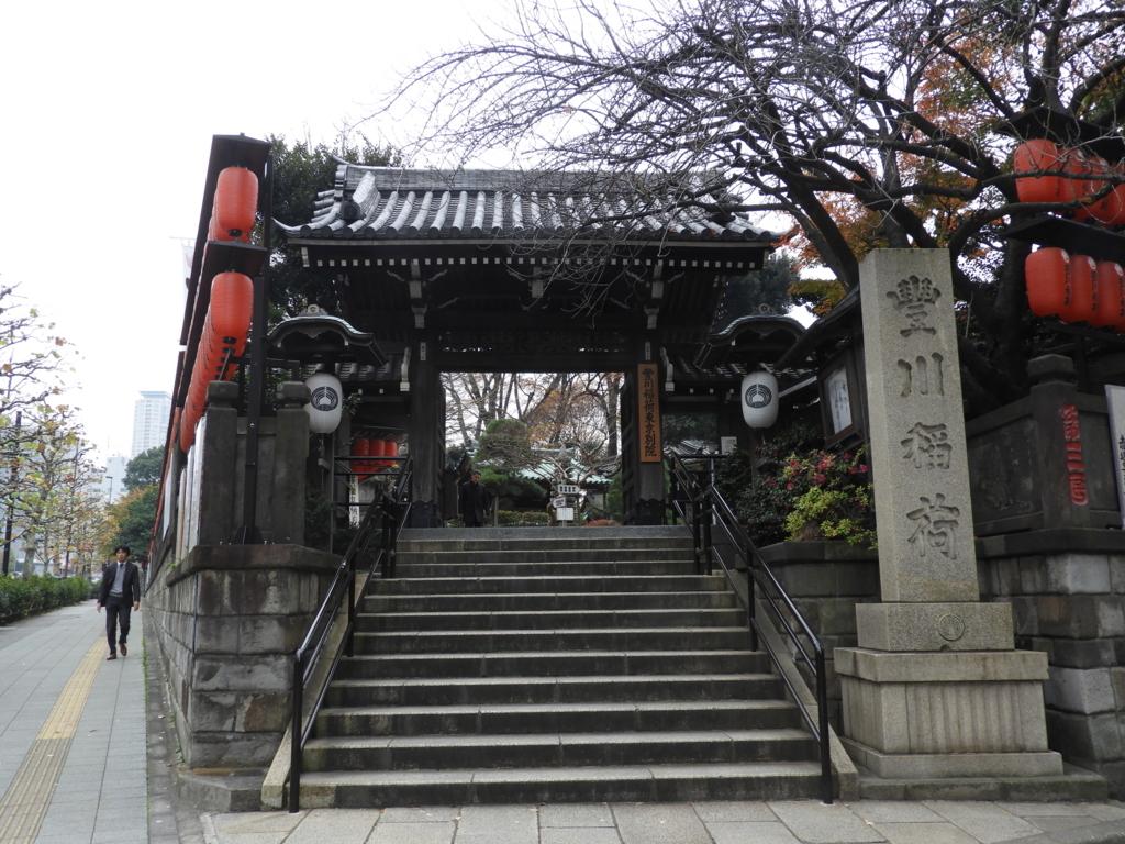 青山通りの拡張で移転した豊川稲荷東京別院の山門