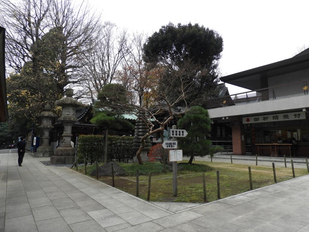 びっしりとお堂が置かれた豊川稲荷東京別院の境内