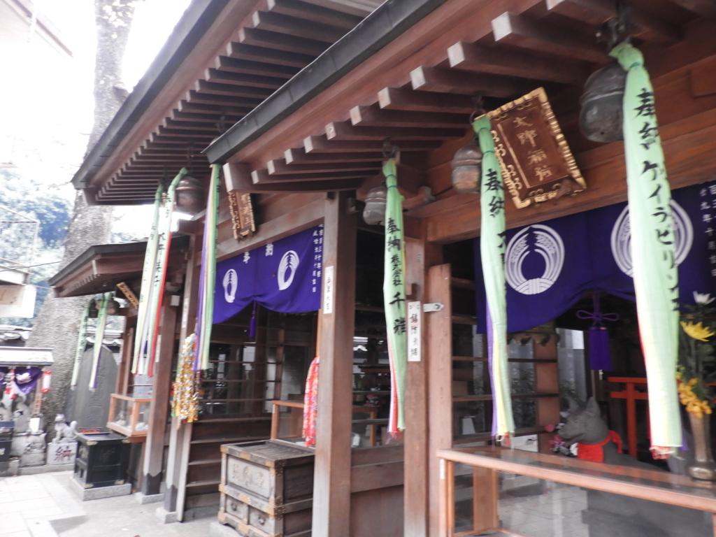左右に「太郎稲荷」と「徳七郎稲荷」を祀る豊川稲荷東京別院の三神殿