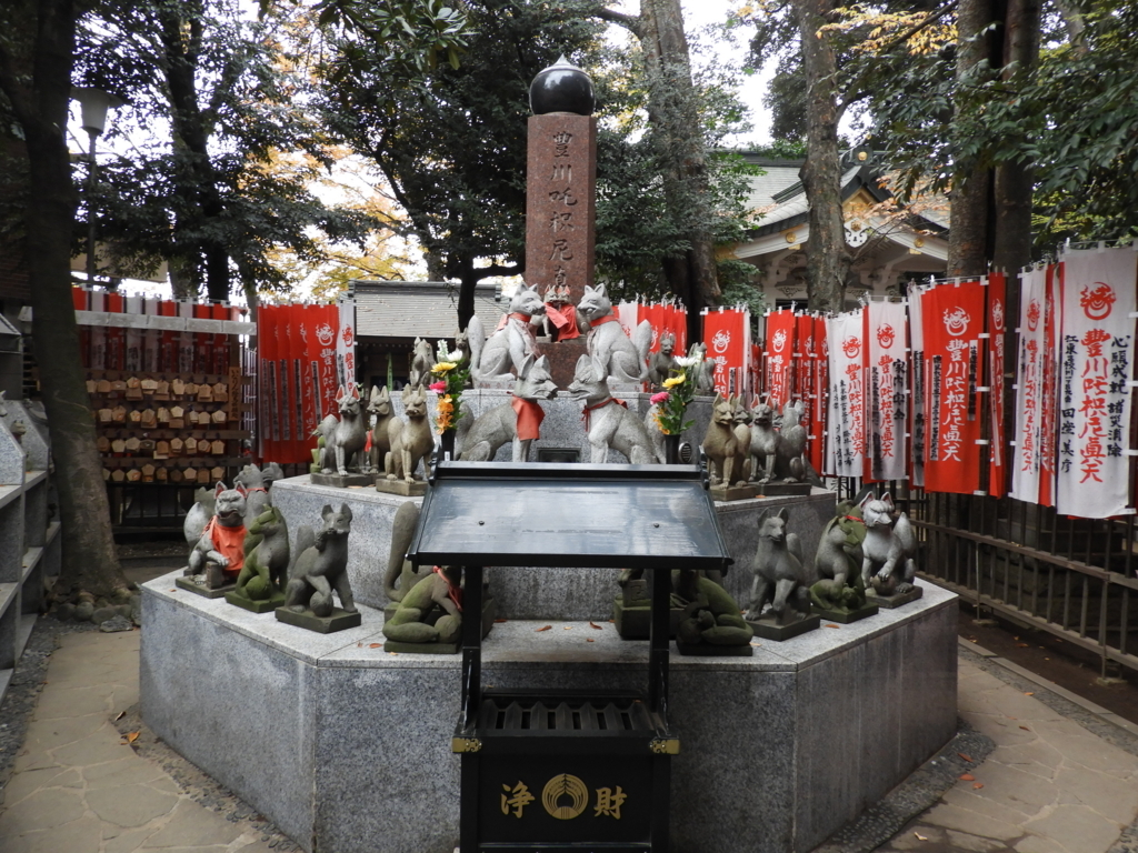 信者が奉納した霊狐を納める豊川稲荷東京別院の霊狐塚