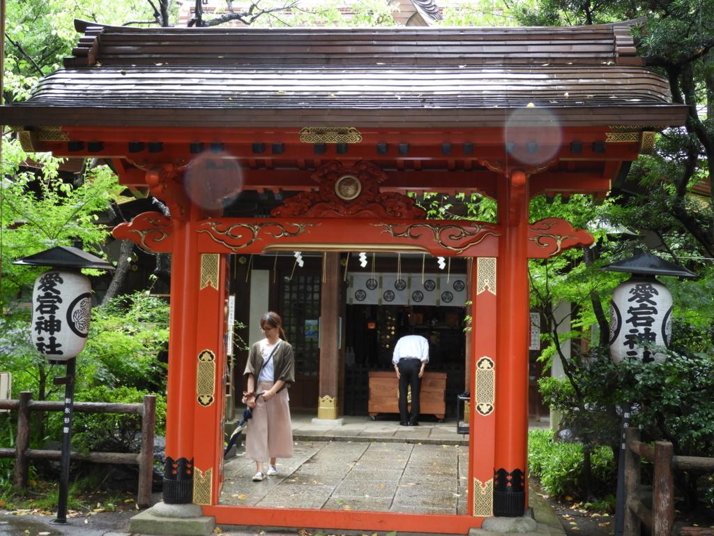 愛宕神社の丹塗りの門