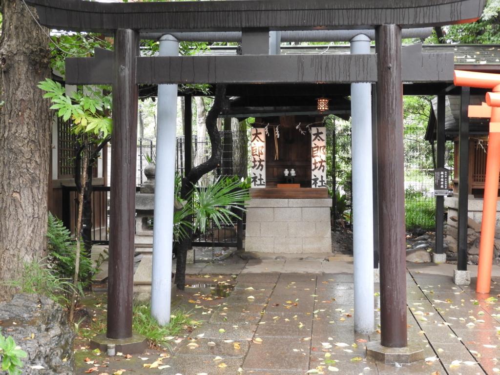 太郎坊社。2基の鳥居の奥に小さなお堂があり、両側に「太郎坊社」と書かれた提灯が置かれている。
