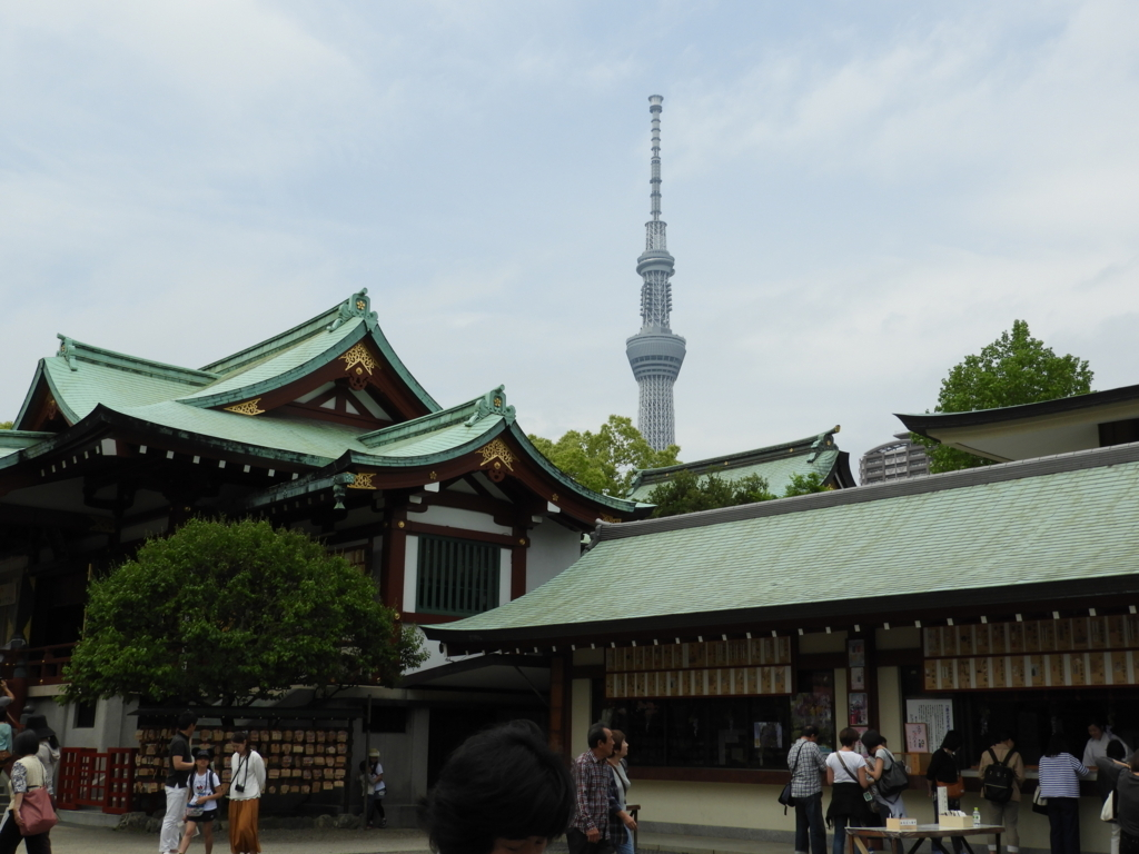 拝殿の奥に見えるスカイツリー