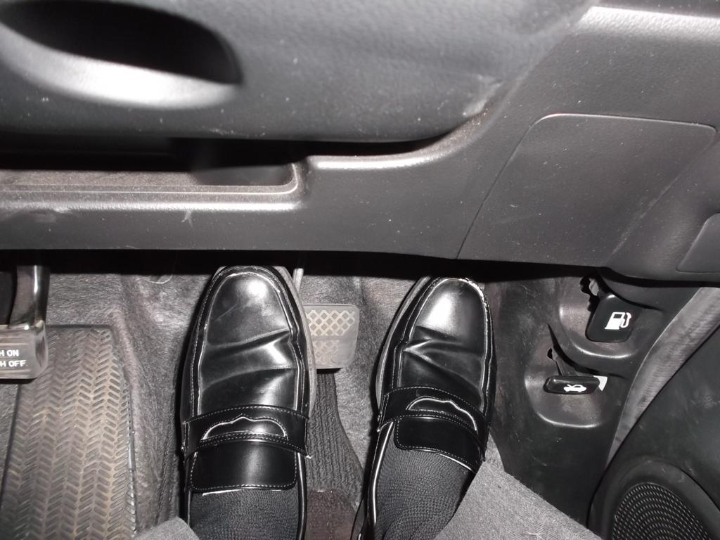 右足でアクセルを踏み、左足をブレーキにのせている写真