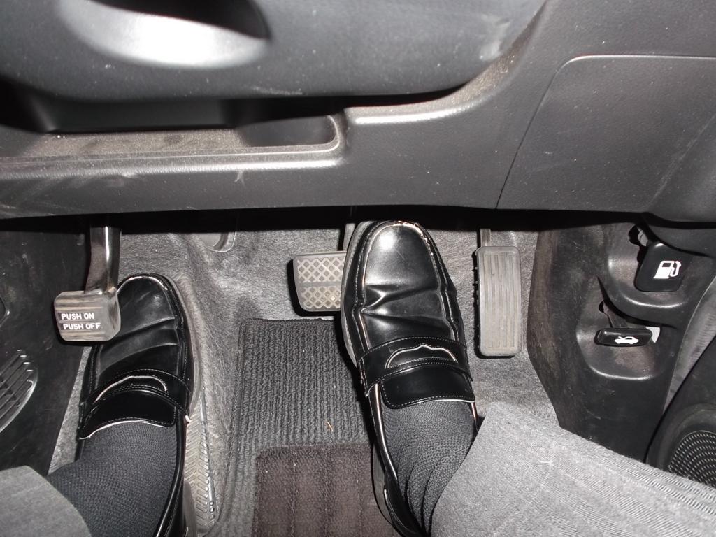 右足でアクセルを踏み、左足はフットレストにのせている写真