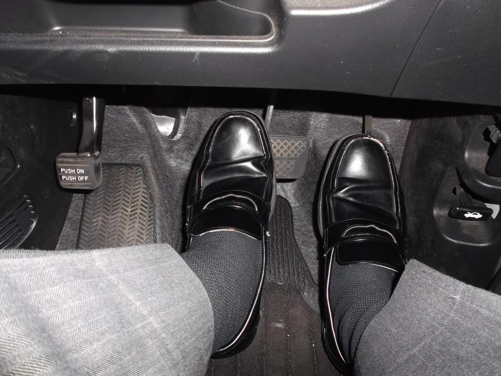 右足でアクセルを戻し、左足でブレーキを踏んでいる写真