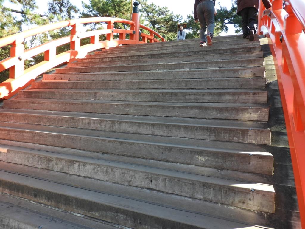 反橋の急な階段