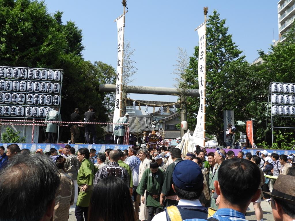 三社祭における浅草神社の賑わい