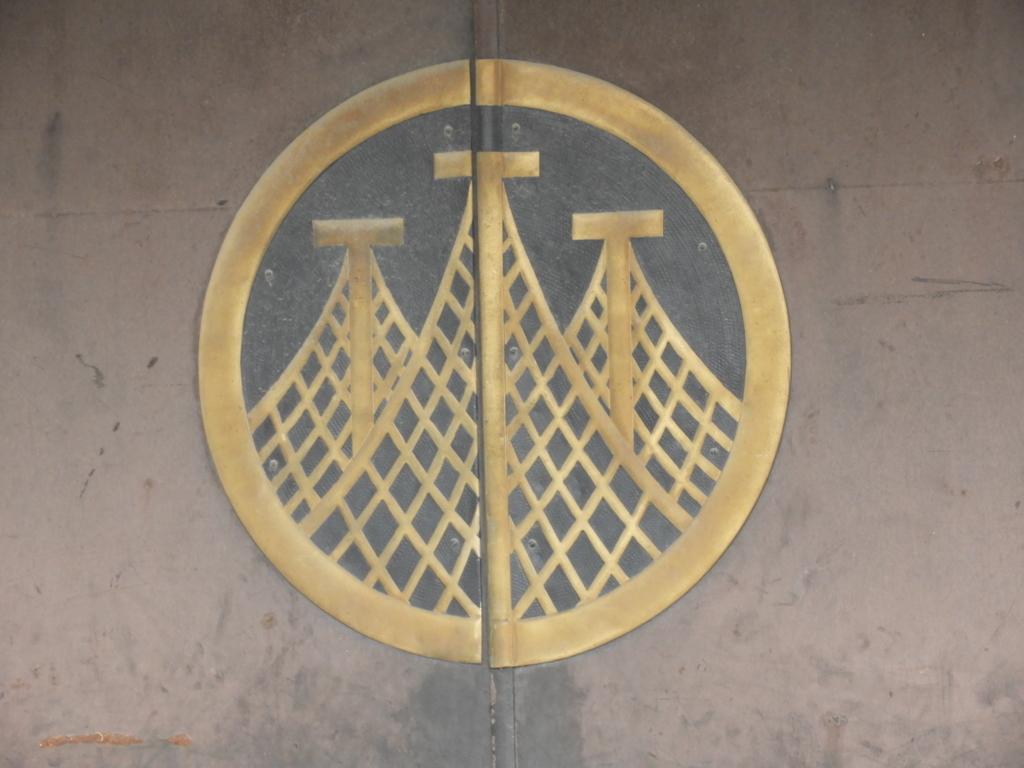 神輿庫の扉に描かれた浅草神社の紋所