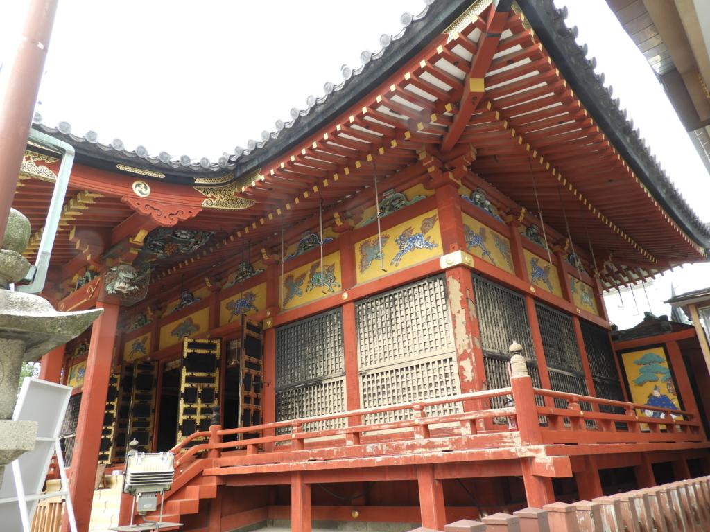 浅草神社の社殿の鮮やかな色彩