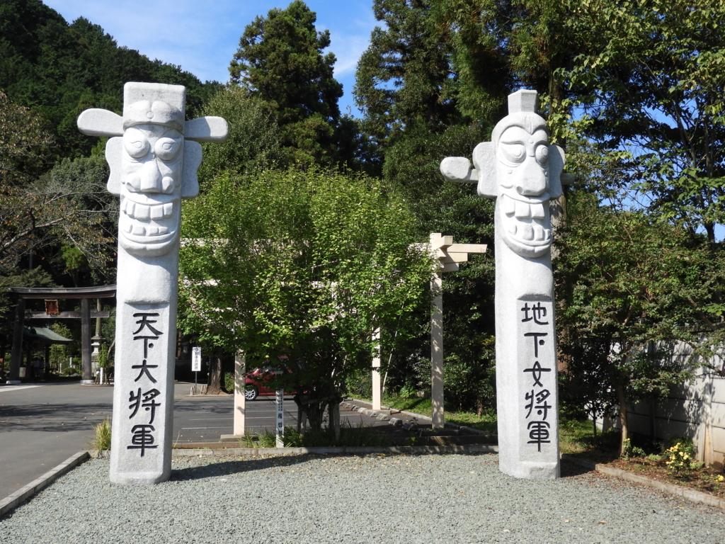 高麗神社の入り口に立つ二本の将軍標