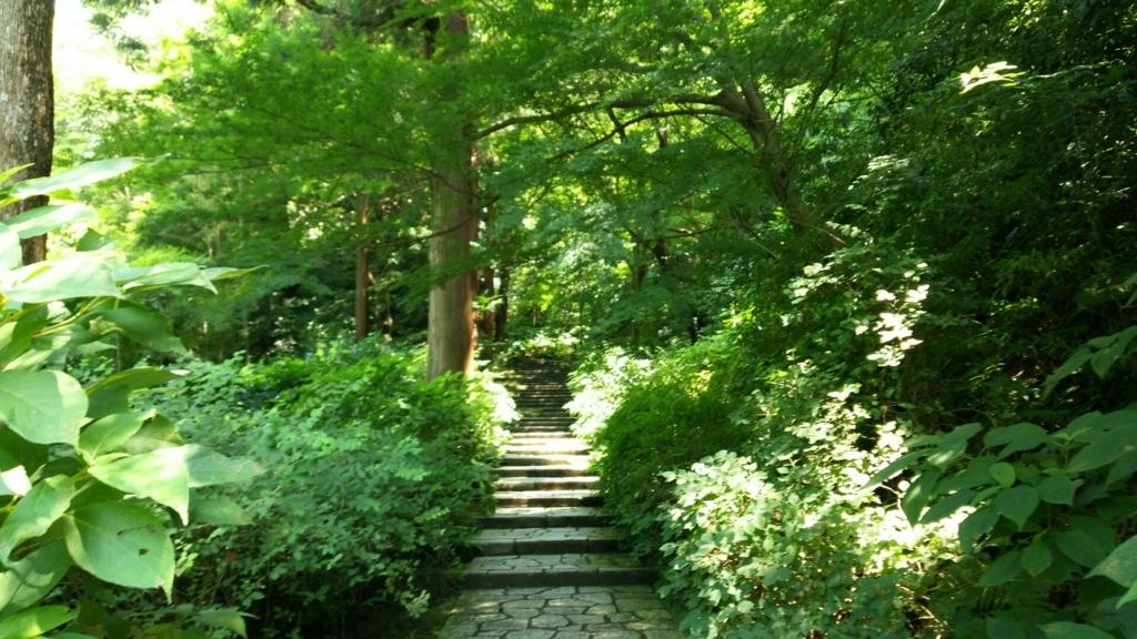 山門まで続く急な階段
