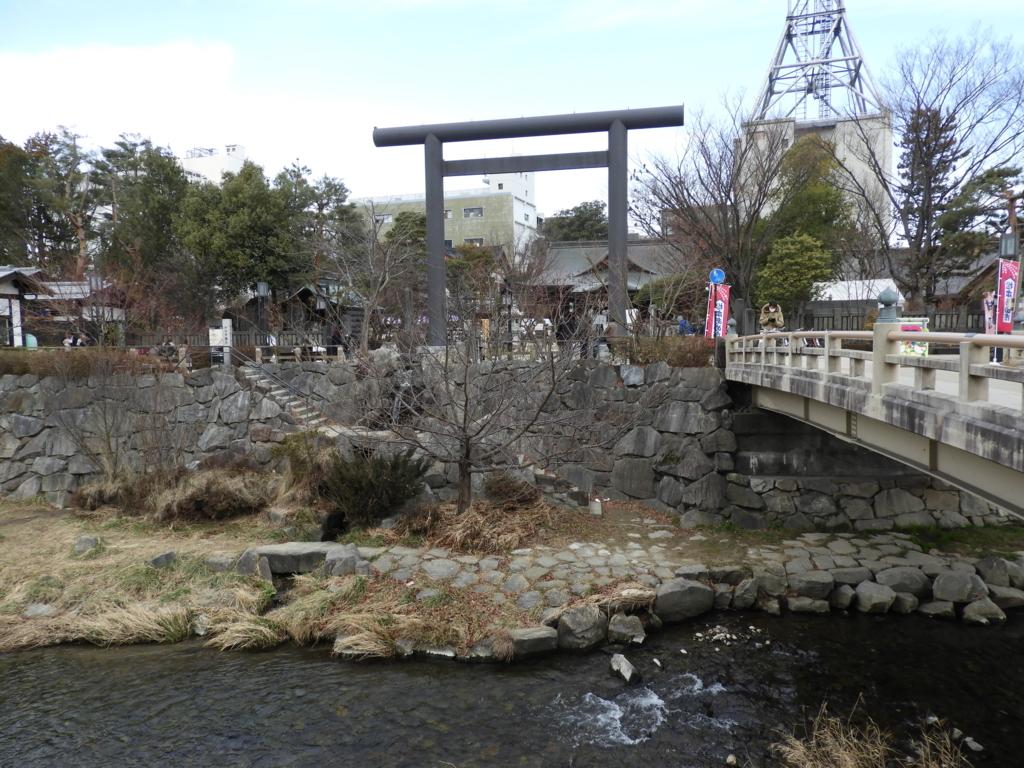 女鳥羽川と四柱神社の鳥居