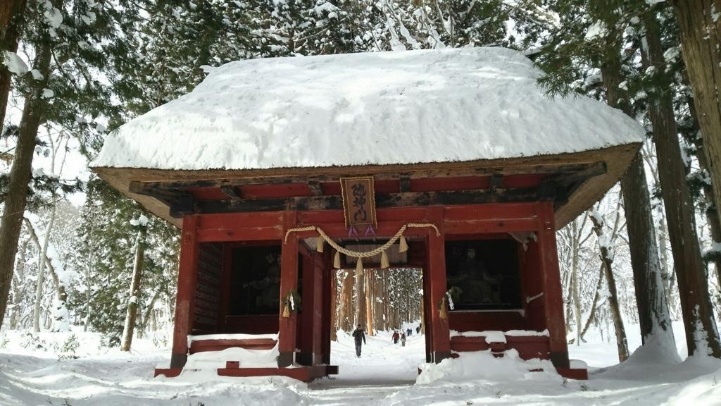 雪景色の中で赤い色が映える戸隠神社奥社の隋神門