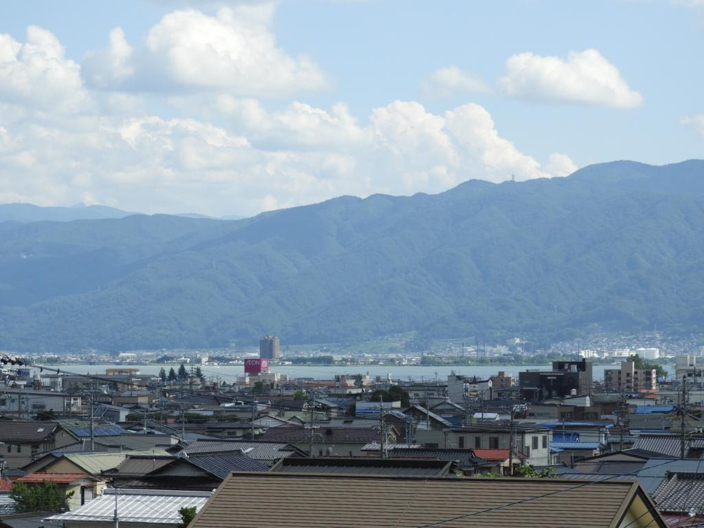 諏訪大社下社秋宮へのスタート直後に見える諏訪湖