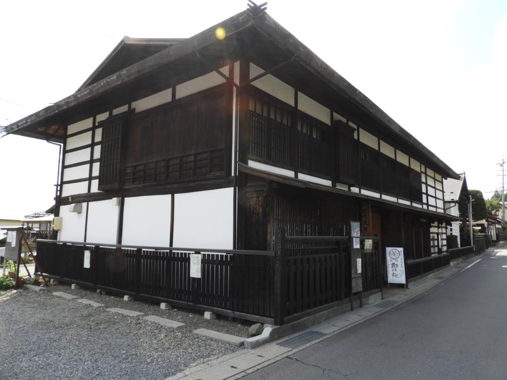 諏訪大社下社秋宮まで続く旧中山道にある伏見屋邸