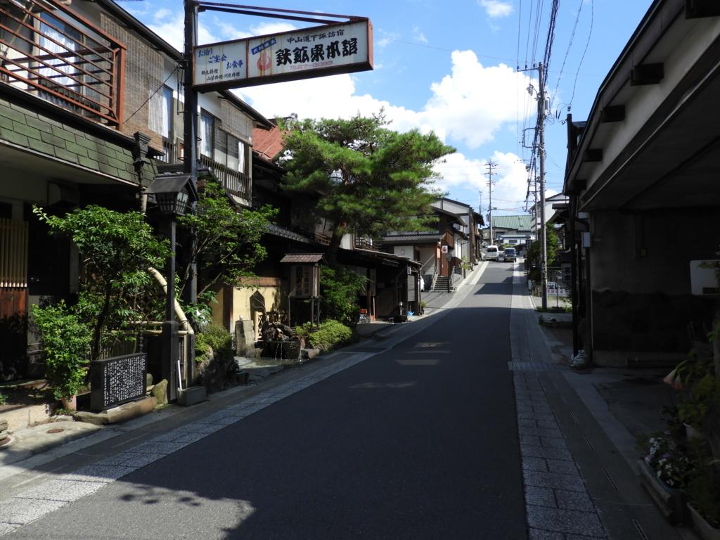 諏訪大社下社秋宮まで続く旧中山道にある鉄鋼泉本館