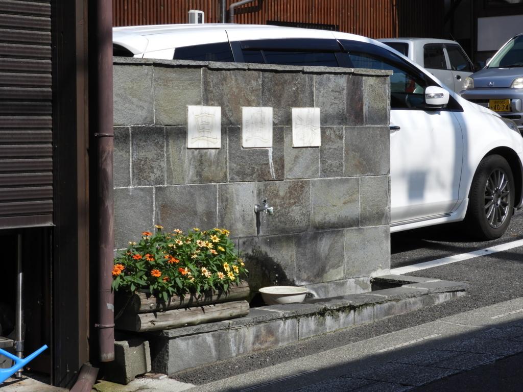 諏訪大社下社秋宮まで続く旧中山道で見る温泉が流れる光景